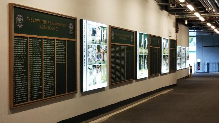 ウィンブルドン(Wimbledon)の歴代優勝者の名前が書かれた看板