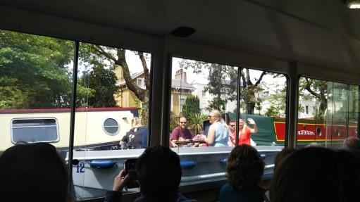 リトル・ベニスからカムデン・ロックへの水上バスですれ違ったパーティー中のボート