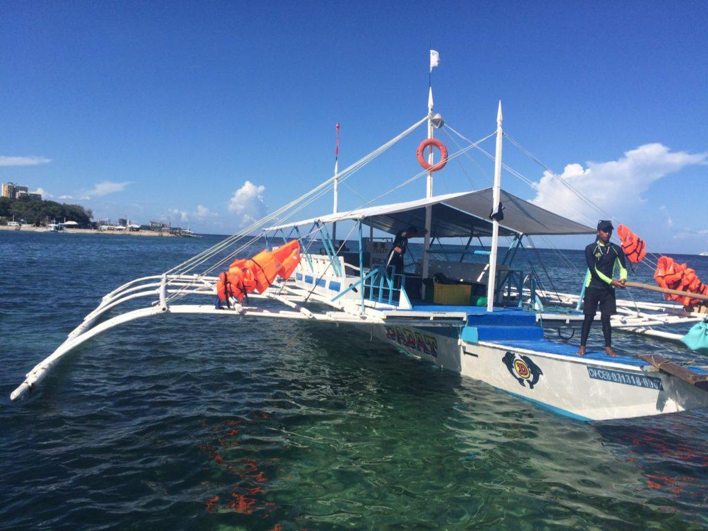 セブ島のアイランドホッピングの船