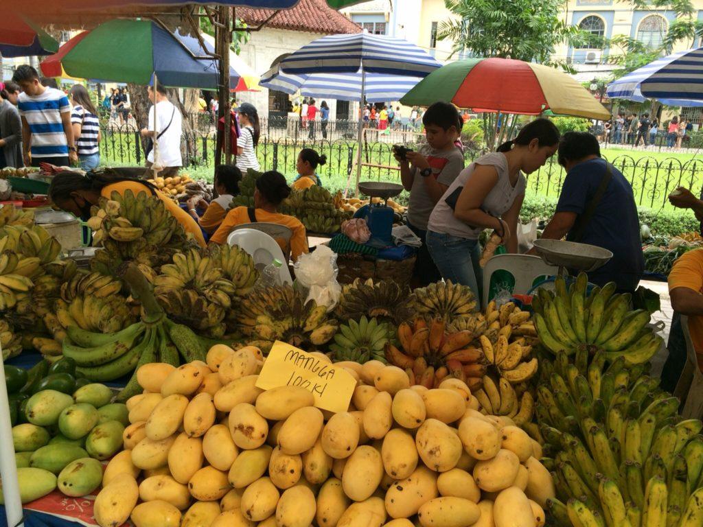 フィリピン、セブ島のマゼランクロスと市役所の間に市場
