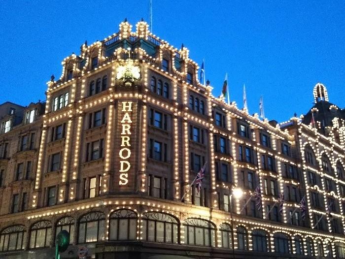 ライトアップされたロンドンのハロッズ(Harrods)外観