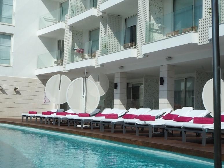 イビサ島の五つ星ホテル、ワン・イビサ・ビーチ・スイート(One Ibiza Beach Suites)のプール
