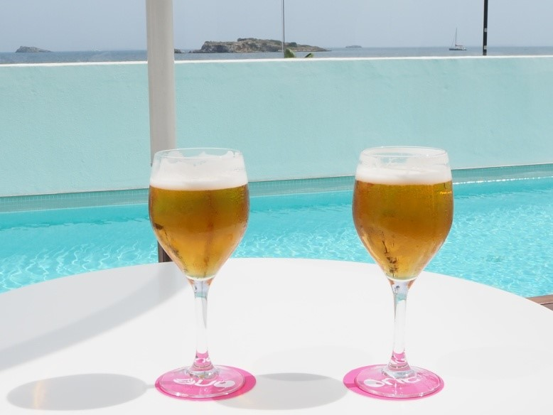 イビサ島の五つ星ホテル、ワン・イビサ・ビーチ・スイート(One Ibiza Beach Suites)のプールでウェルカムドリンク