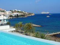 イビサ島の五つ星ホテル、ワン・イビサ・ビーチ・スイート(One Ibiza Beach Suites)のプールから見えるイビサタウン