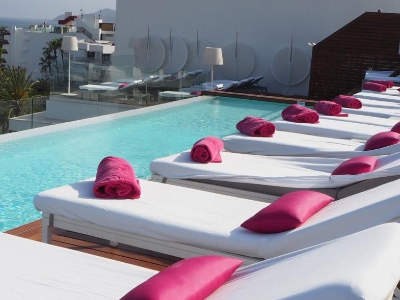 イビサ島の五つ星ホテル、ワン・イビサ・ビーチ・スイート(One Ibiza Beach Suites)のインフィニティプール