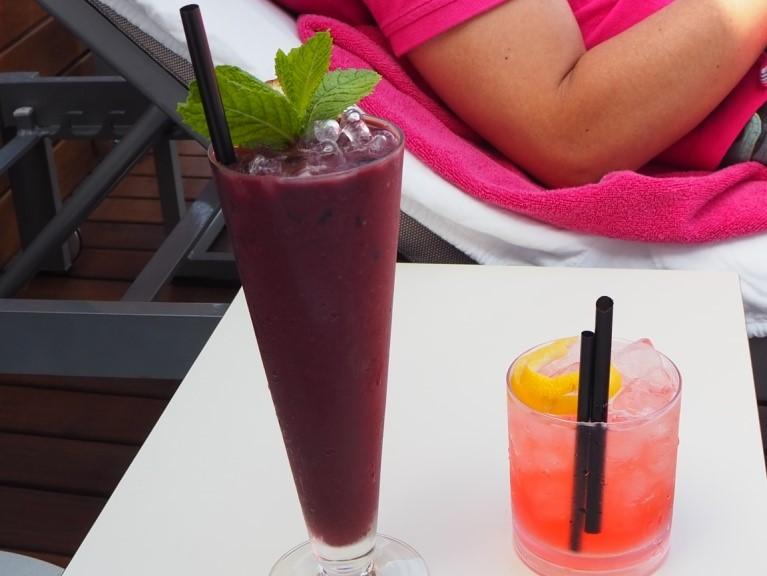 イビサ島の五つ星ホテル、ワン・イビサ・ビーチ・スイート(One Ibiza Beach Suites)のインフィニティプールでウェルカムドリンク