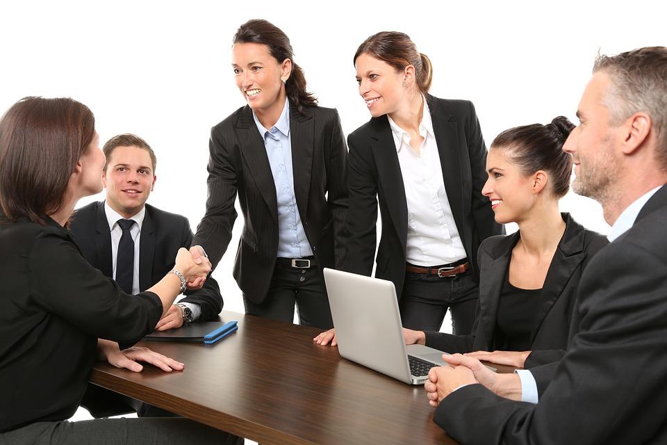 日本にいながら英語で会議をするビジネスパーソンのグループ