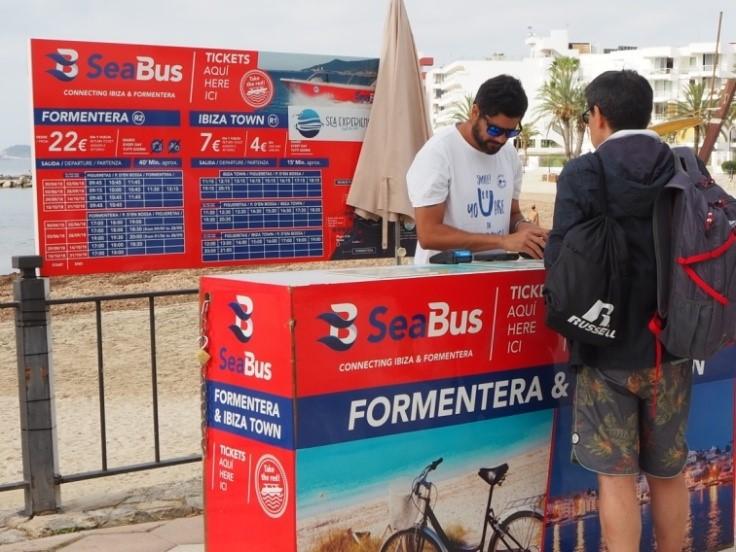 フィゲレータ海岸の桟橋にある、フォルメンテーラ行きのチケットを販売しているブース