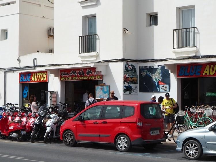 フォルメンテーラ・サビナ港付近のレンタカー、レンタバイク、貸し自転車のお店