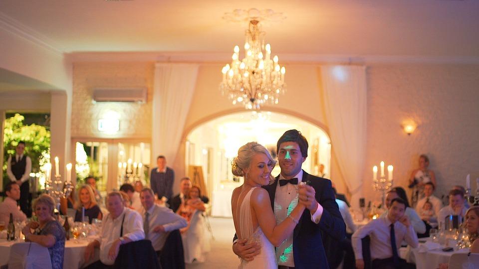 アメリカ留学中のプロムのプロムキングとプロムクイーンのダンス