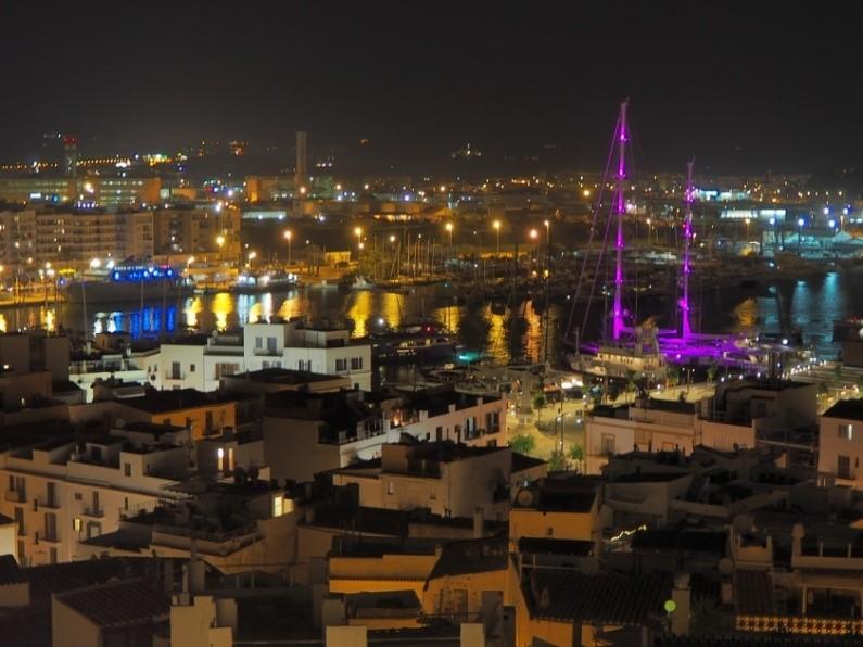 ライトアップされたイビサ港