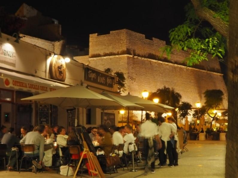 夜のイビサの旧市街の様子
