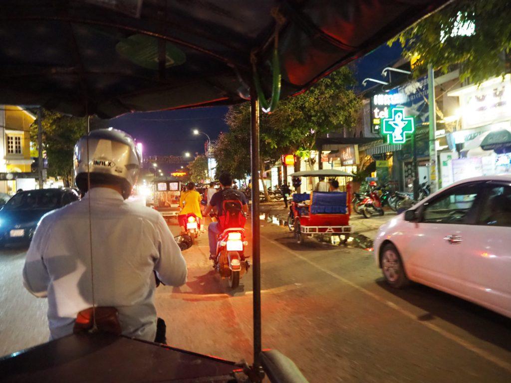 カンボジアのトゥクトゥクでパブストリートへ
