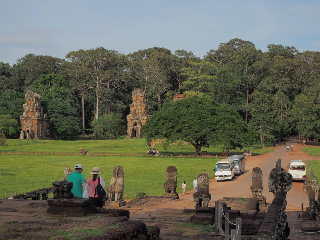 アンコールトムの勝利の門へ続く象のテラスからの道
