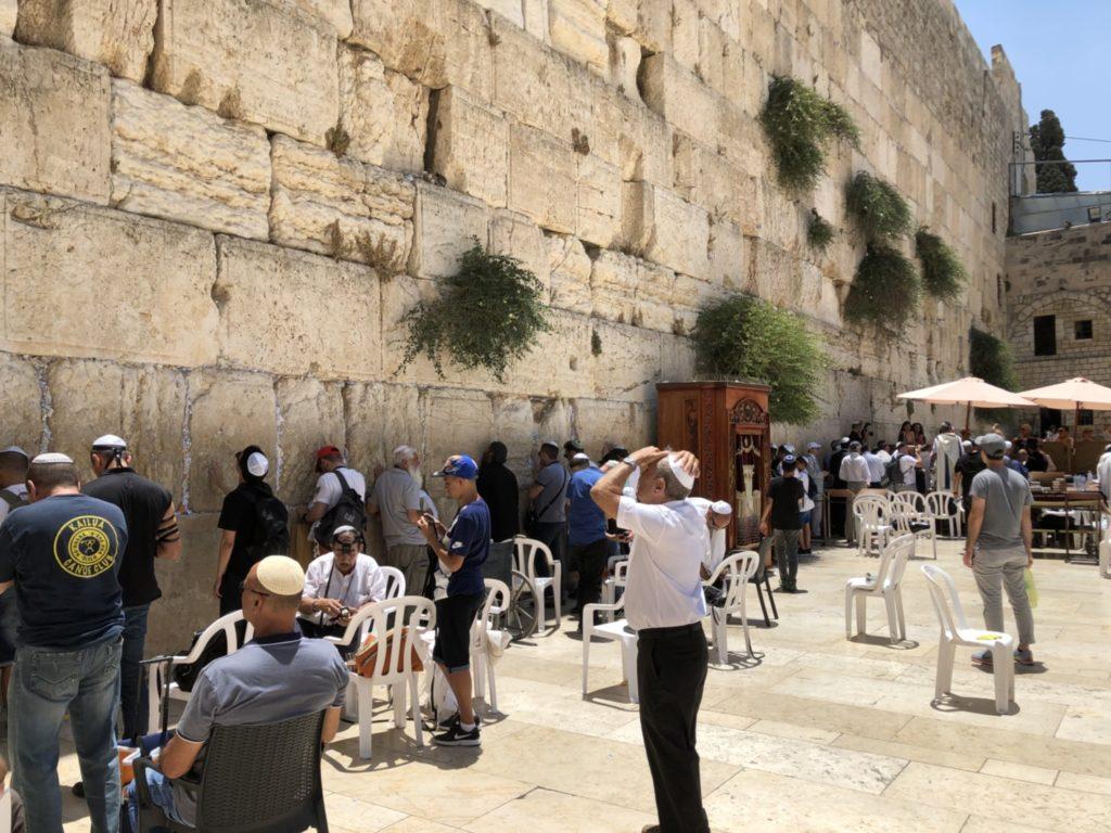 聖地エルサレムで祈りを捧げる人々