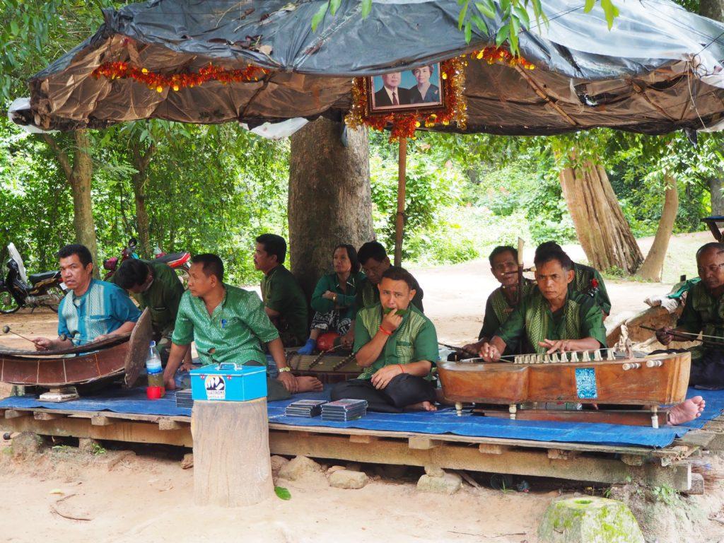 アンコール遺跡群のバンテアイ・スレイ付近の民族楽器の演奏