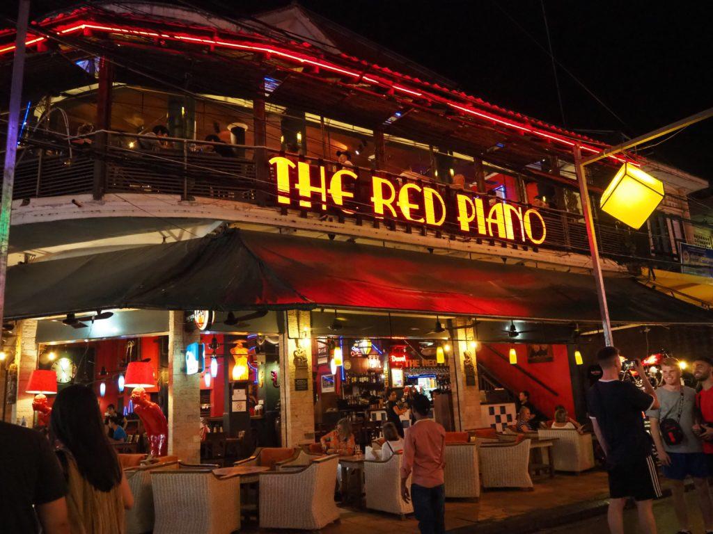 シェムリアップのパブストリートのレストラン、レッド・ピアノ(The Red Piano)