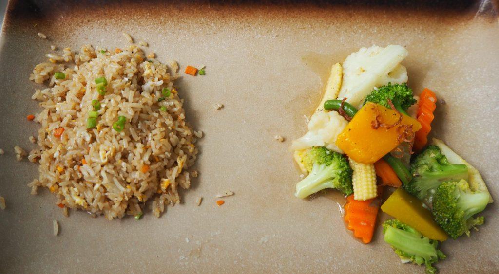 シェムリアップのレストラン、マリス(Malis)の焼飯と野菜炒め