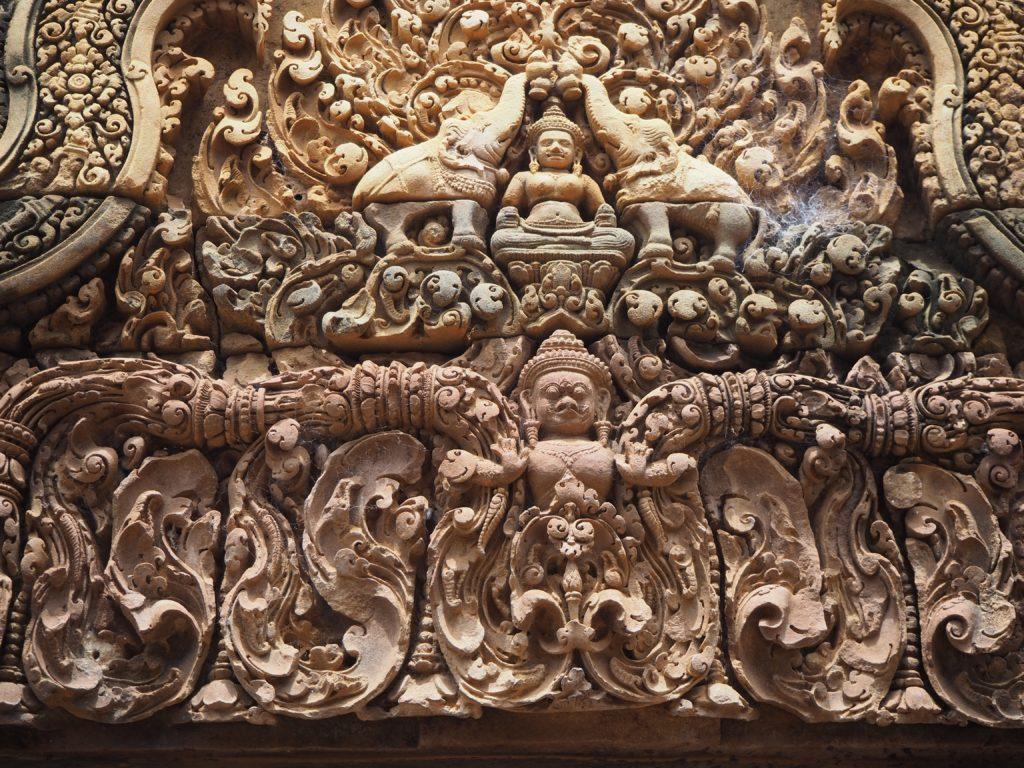 アンコール遺跡群のバンテアイ・スレイの象が聖水をかけるレリーフ