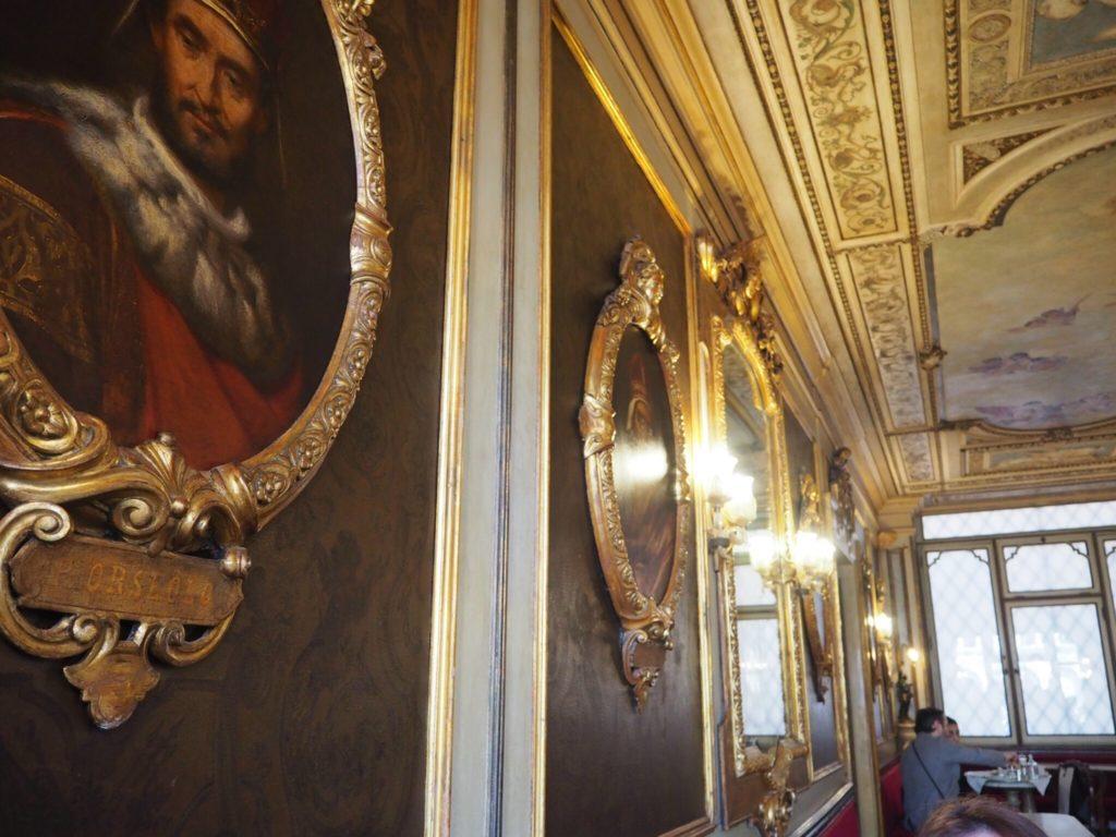 カフェ・フローリアンの壁にかかる絵画