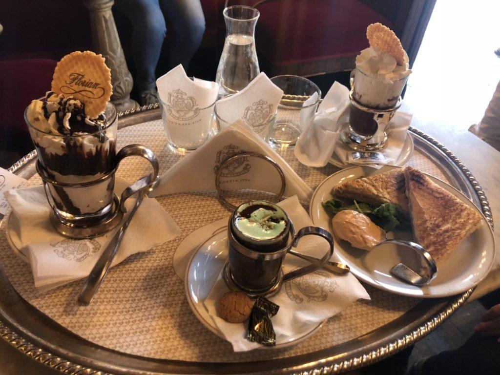 カフェ・フローリアンでオーダーしたパフェやチョコミント、サンドイッチなど
