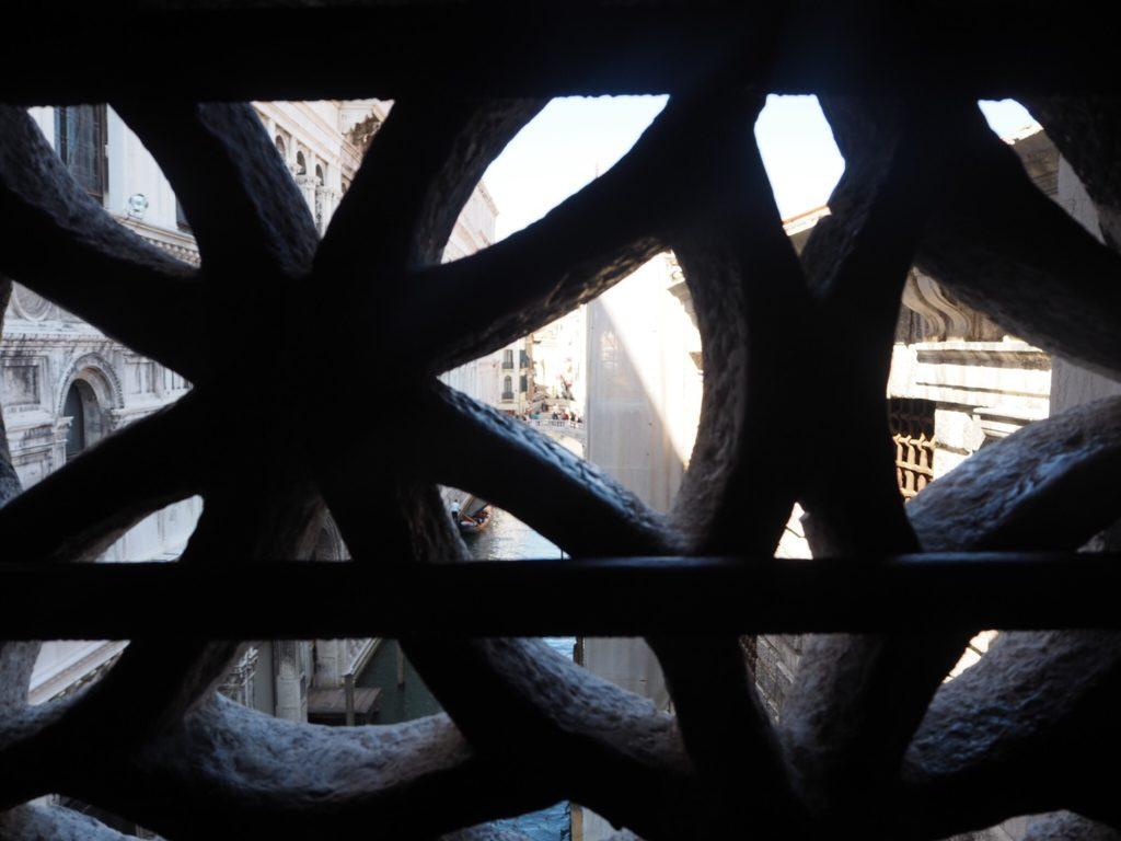 「溜息の橋」の大理石で造られた窓の格子