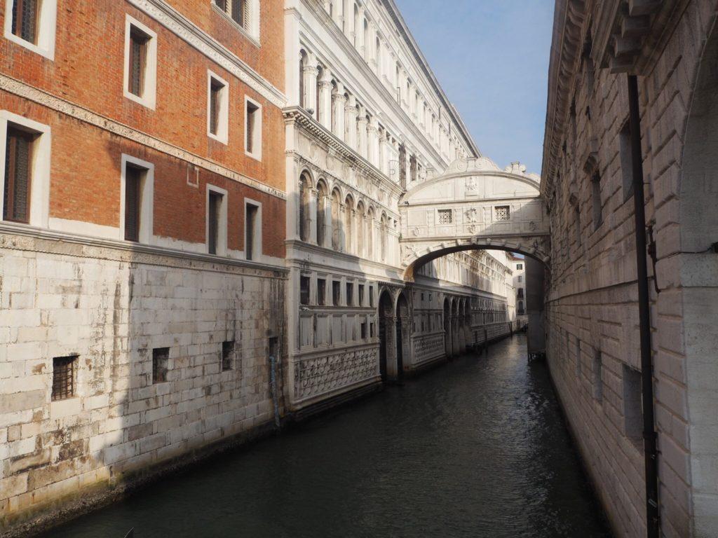 「溜息の橋」が結ぶドゥカーレ宮殿と新牢獄