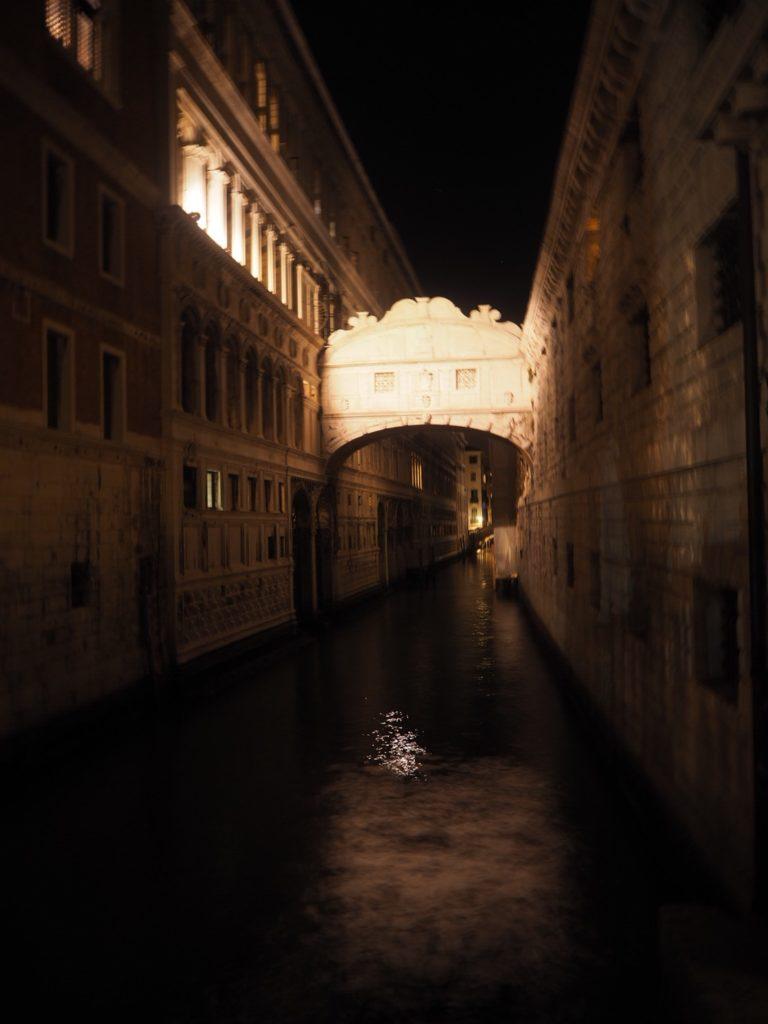 夜のライトアップされた「溜息の橋」