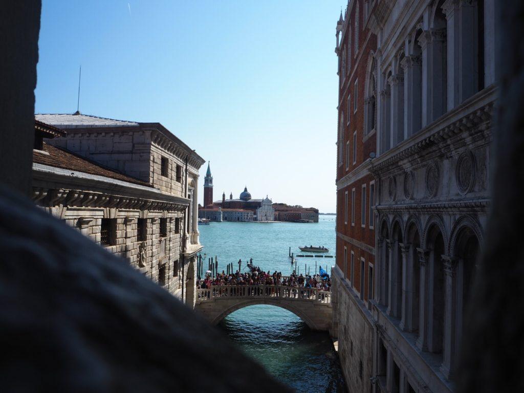 「溜息の橋」から眺めるヴェネツィア