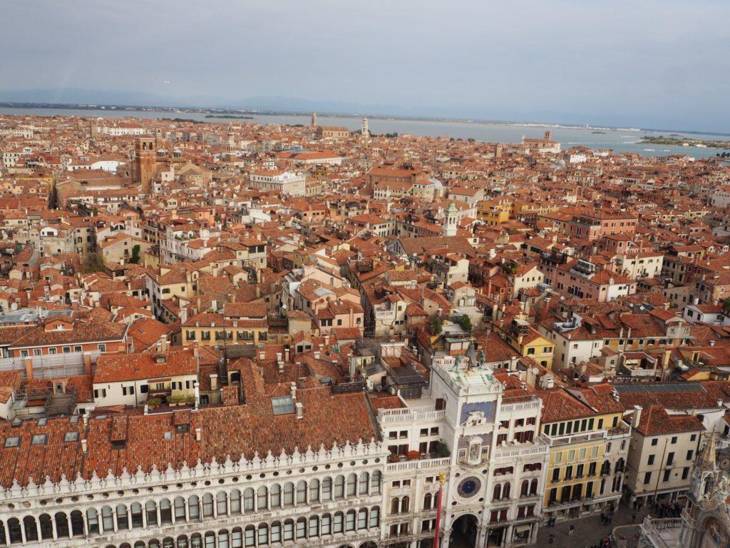 鐘楼から見た時計塔とヴェネツィアの町