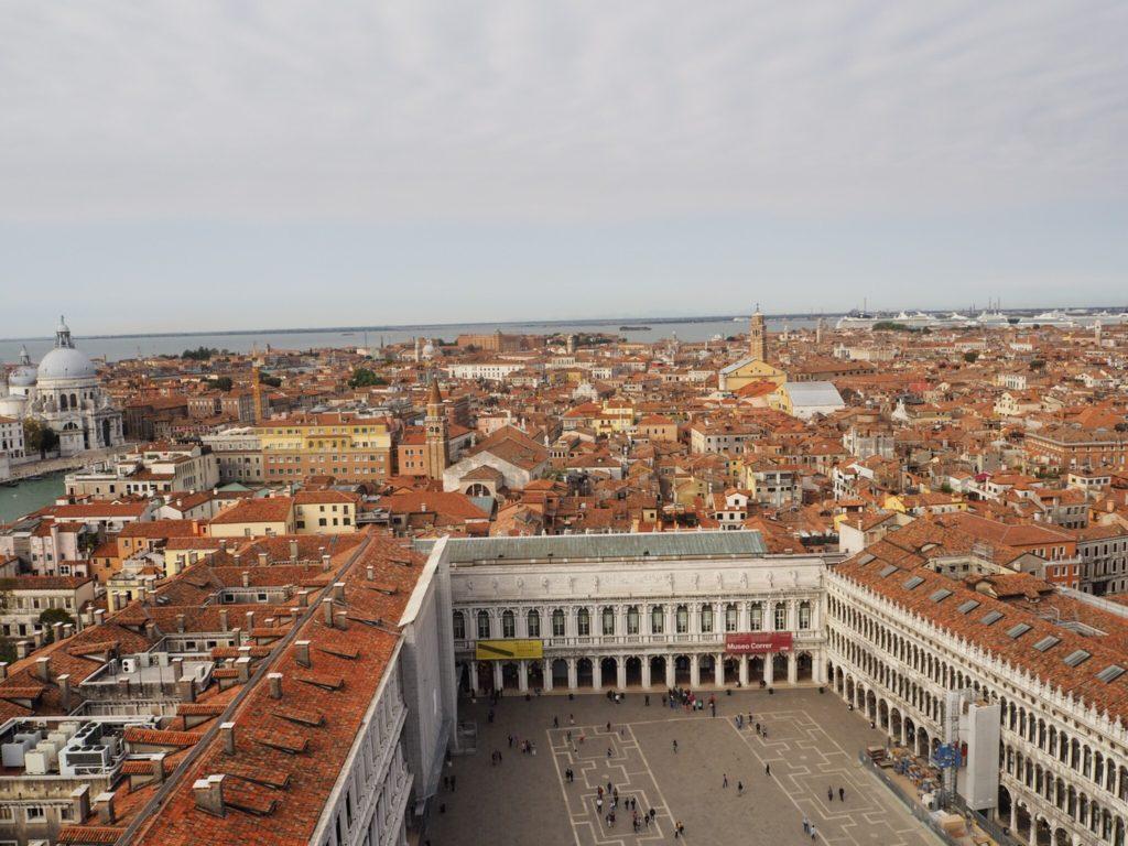 鐘楼の展望台から眺めるヴェネツィアの町