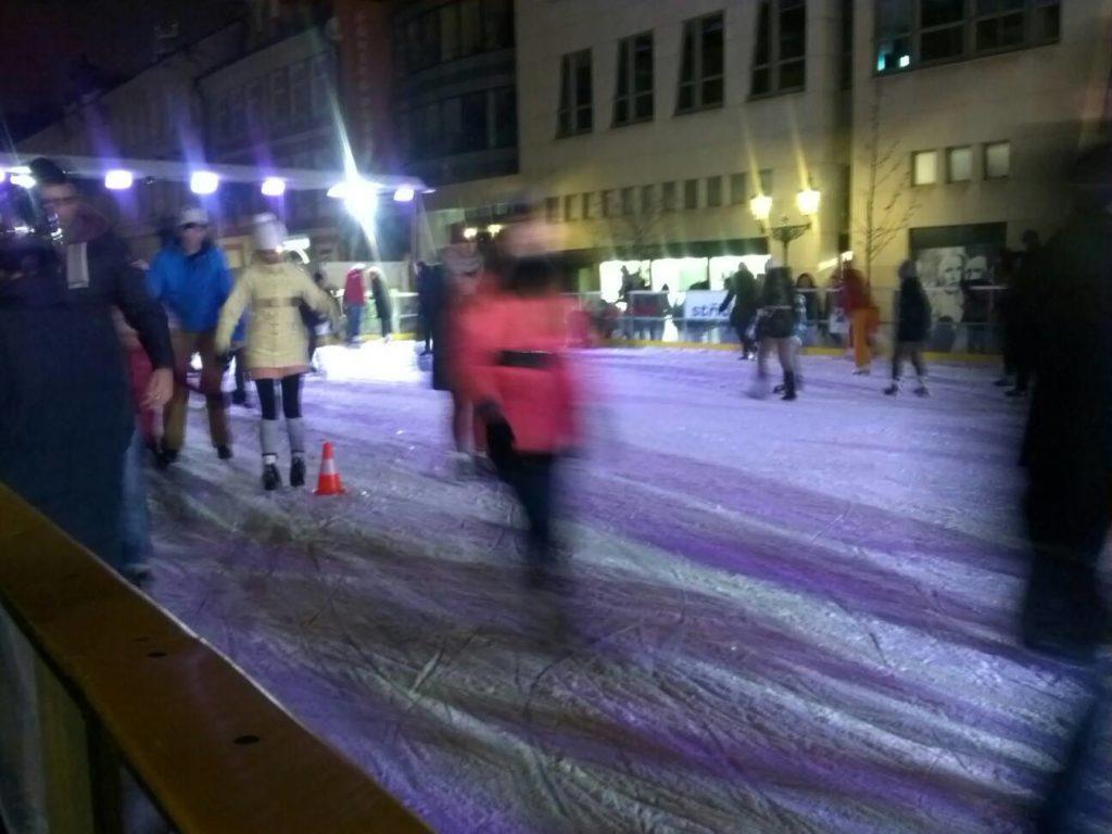プラハの旧市街広場のクリスマスマーケットに特設されたスケートリンク