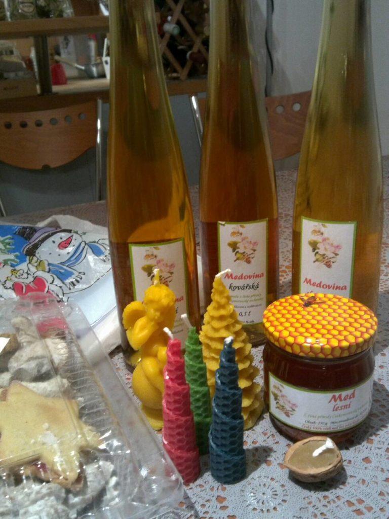 プラハのクリスマスマーケットで購入したメドヴィナ(medvina)と呼ばれる伝統的なハチミツのワインやキャンドル