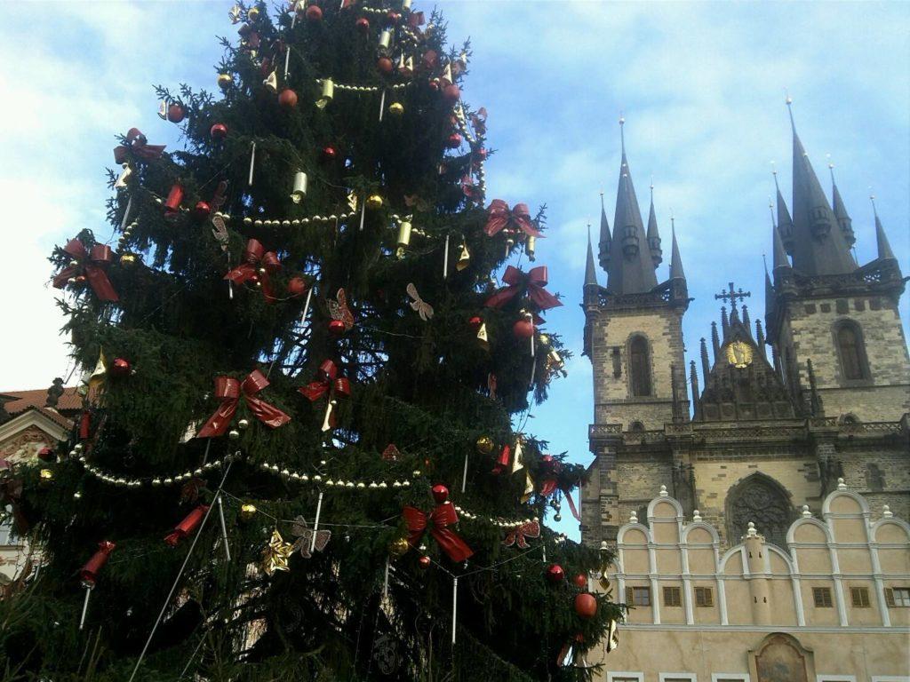プラハの旧市街広場のクリスマスマーケットにある、クリスマスツリー