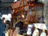 エスリンゲンのクリスマスマーケットの中世風のグリューワインのお店