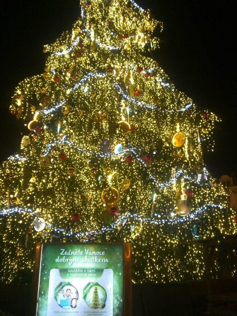 プラハの旧市街広場のクリスマスマーケットにある、ライトアップされた2013年のクリスマスツリー