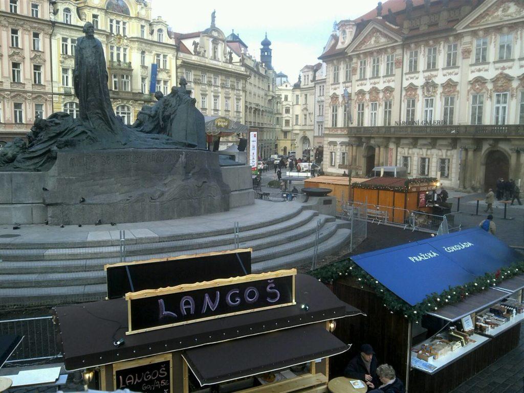 プラハの旧市街広場のクリスマスマーケットの土産物屋スタンド
