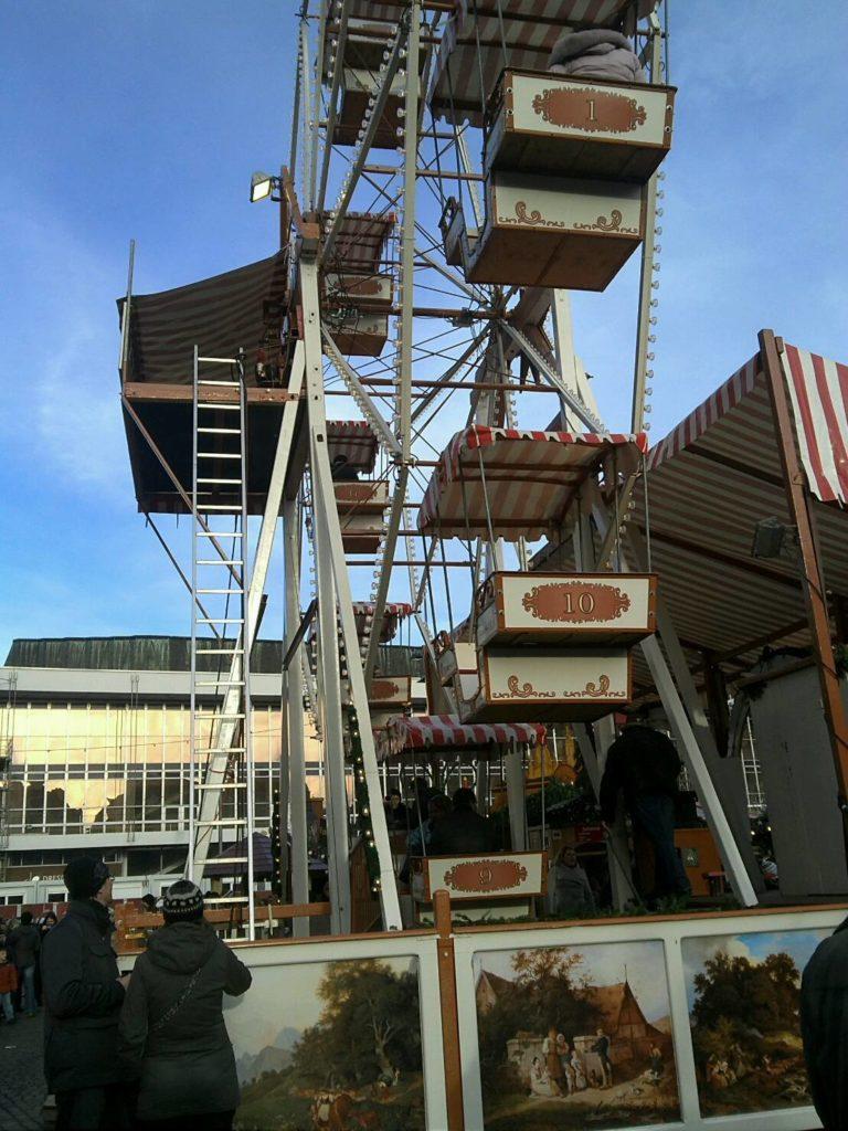 ドレスデン・シュトリーツェルマルクト((The Dresden Striezelmarkt)のクリスマスマーケットの観覧車