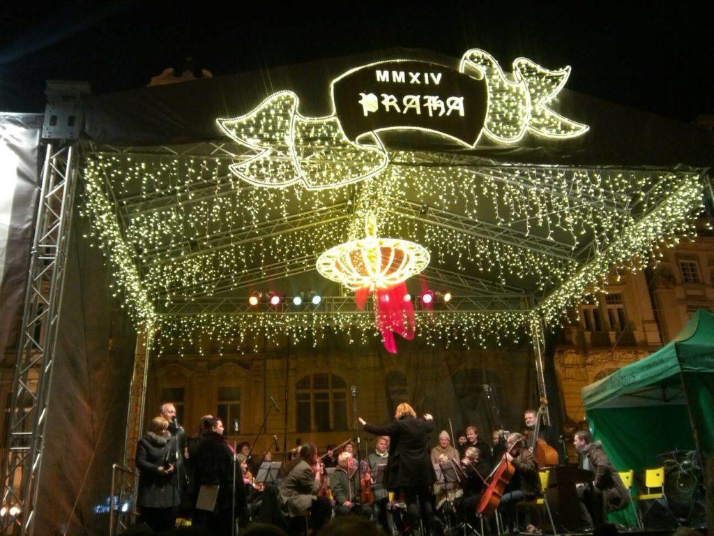 プラハの旧市街広場のクリスマスマーケットの特設ステージでのコンサート