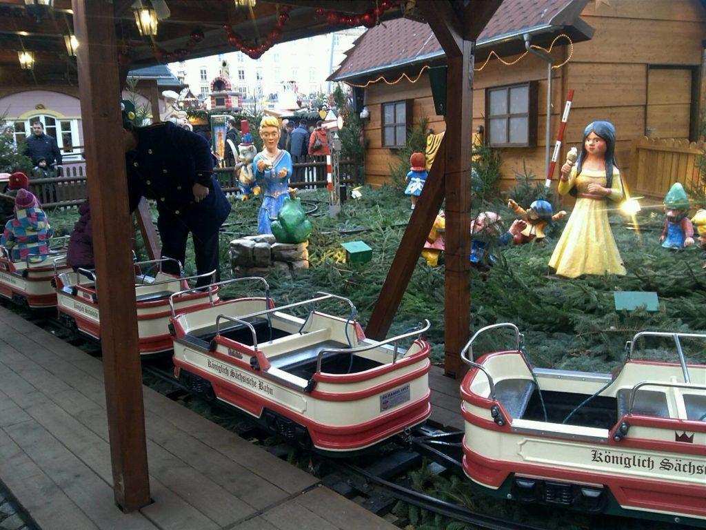 ドレスデン・シュトリーツェルマルクト((The Dresden Striezelmarkt)のクリスマスマーケットの汽車