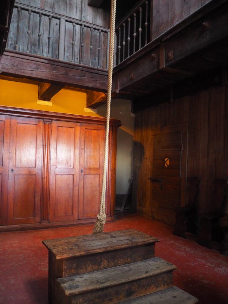 ドゥカーレ宮殿のシークレットツアーで見られる拷問部屋の拷問台