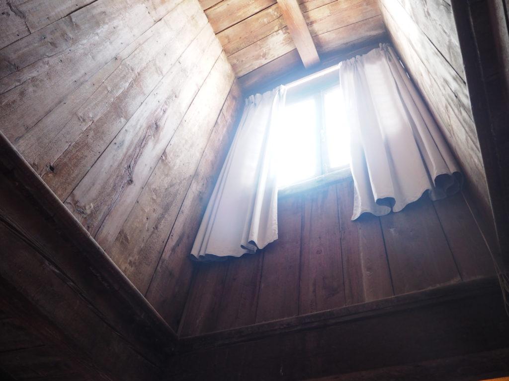 ドゥカーレ宮殿のシークレットツアーで見られる拷問部屋の月が見える窓