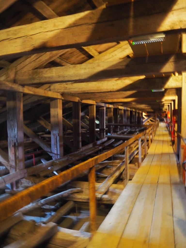 ドゥカーレ宮殿のシークレットツアーで見られる大評議会の間(Sala del Maggior Consiglio)の屋根裏の梁