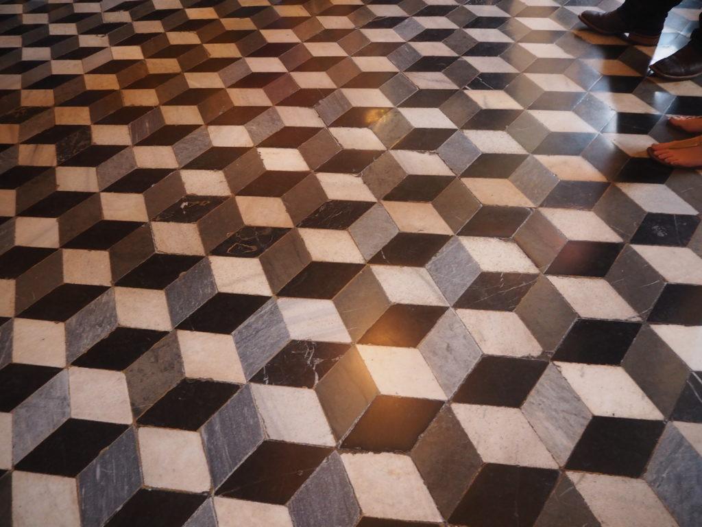 ドゥカーレ宮殿のシークレットツアーで見られる、立体的に見えるデザインの執務室の床