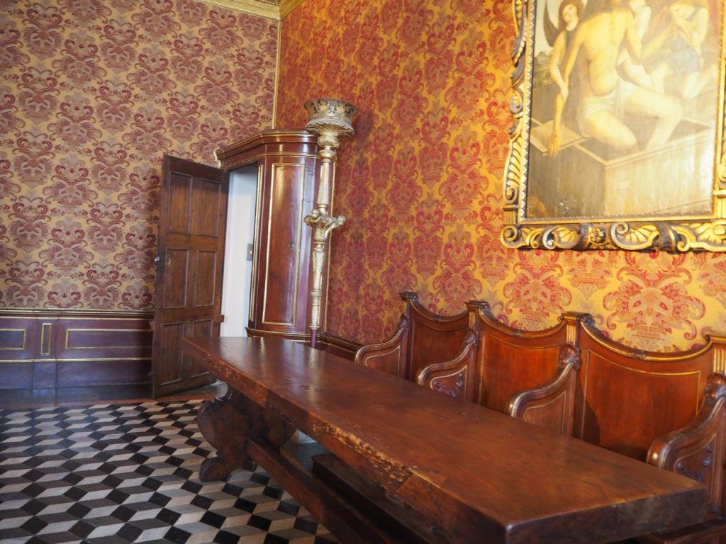 ドゥカーレ宮殿のシークレットツアーで見られる、キャビネットのように見える秘密の扉