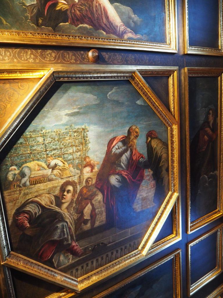 ドゥカーレ宮殿のシークレットツアーで見られる豪華な執務室の天井の絵画