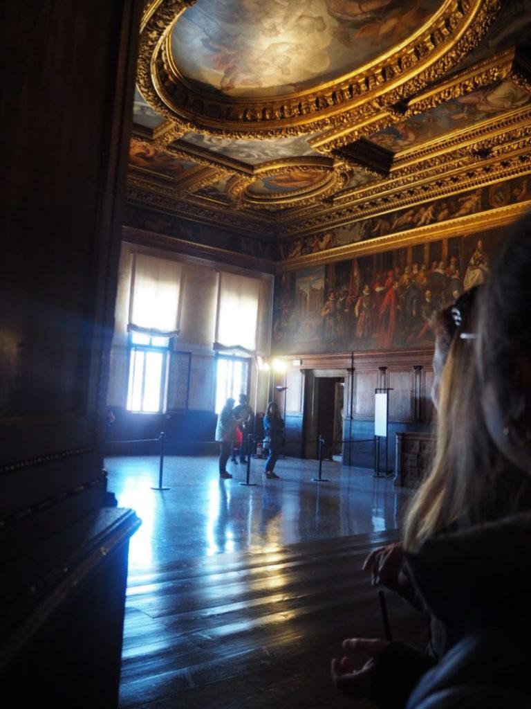 ドゥカーレ宮殿のシークレットツアーで見られる十人委員会の間(Sala del Consiglio dei Dieci)の秘密の扉