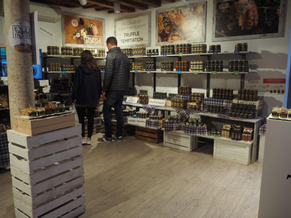 ヴェネツィアのトリュフ専門店、La Bottega del Tartufoの店内の様子