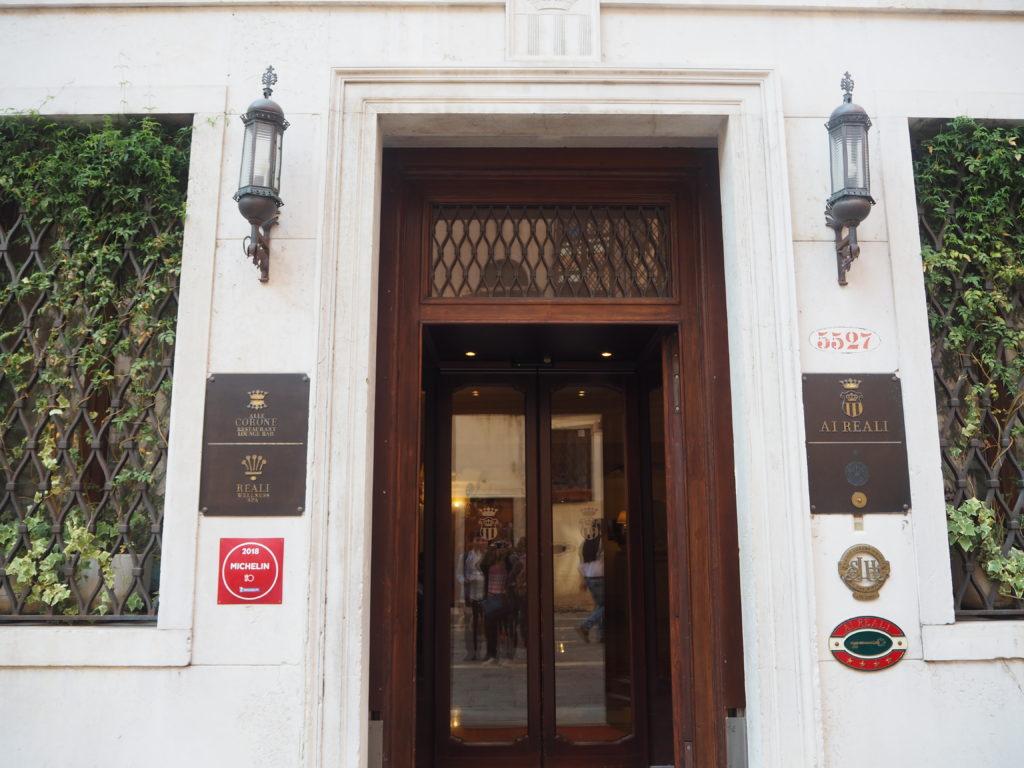 ヴェネツィアのリストランテ・アッレ・コローネ(Ristorante Alle Corone)の入っているホテル アイ レアーリ (Hotel Ai Reali di Venezia)入り口