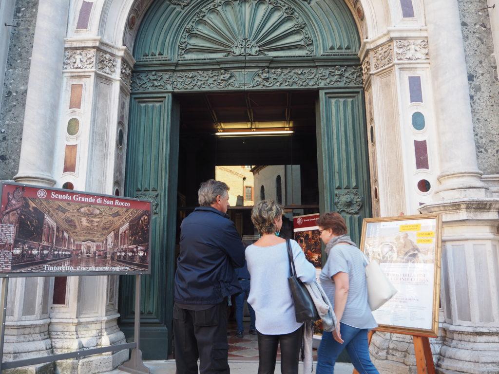 ヴェネツィアのスクオーラ・グランデ・ディ・サン・ロッコ(Scuola Grande diSan Rocco)の入口